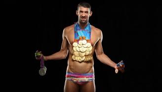 30 de Junho — Michael Phelps, nadador estadunidense, campeão olímpico, com suas medalhas.