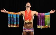 30 de Junho - Michael Phelps, nadador estadunidense, campeão olímpico, com suas medalhas.