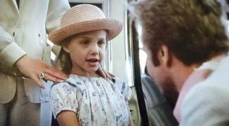 4 de Junho - 1975, Angelina Jolie, atriz, cineasta e ativista humanitária com seu pai Jon Voight, em 'Lookin 'to Get Out' .