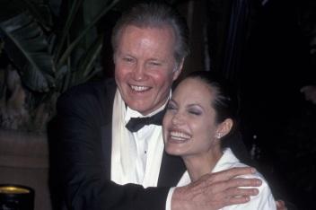 4 de Junho - 1975, Angelina Jolie, atriz, cineasta e ativista humanitária com seu pai Jon Voight.
