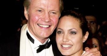 4 de Junho - 1975, Angelina Jolie, atriz, cineasta e ativista humanitária - com seu pai Jon Voight.