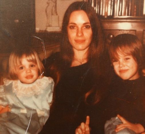 4 de Junho - Angelina Jolie ainda criança (esquerda) com sua mãe, Marcheline Bertrand e seu irmão, James (direita).