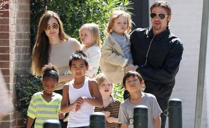 4 de Junho - Angelina Jolie com Brad Pitt e seus filhos.