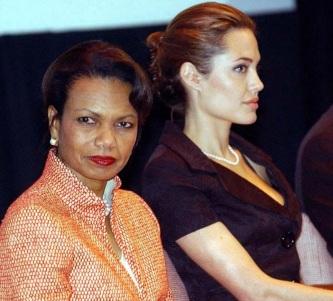 4 de Junho - Jolie ao lado da secretária de Estado Condoleezza Rice em uma celebração no ACNUR do Dia Mundial dos Refugiados em junho de 2005.