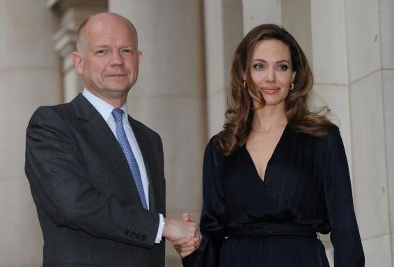 4 de Junho - O Ministro dos Negócios Estrangeiros britânico William Hague e Jolie no lançamento da Iniciativa de Prevenção da Violência Sexual, em Maio de 2012.