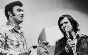 5 de Junho - 1941 - Erasmo Carlos, cantor, compositor, músico e escritor brasileiro - com Roberto Carlos, ainda jovens, no palco, tocando.