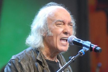 5 de Junho - 1941 - Erasmo Carlos, cantor, compositor, músico e escritor brasileiro - no palco, cantando.