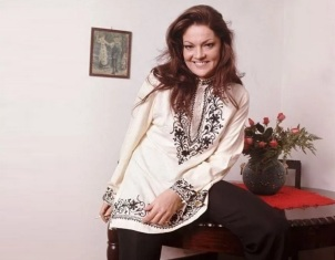 6 de Junho - 1936 – Maysa Matarazzo, cantora, em casa.