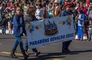 6 de Junho - Desfile de 75 anos, em 2016 – Faixa de parabéns - Osvaldo Cruz (SP) – 76 Anos.
