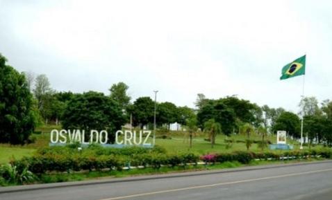 6 de Junho - Letreiro com o nome da cidade na rodovia - Osvaldo Cruz (SP) – 76 Anos.