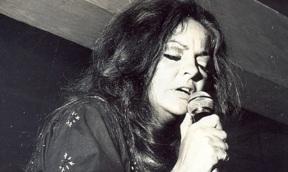 6 de Junho - Maysa Matarazzo, cantora e compositora brasileira, cantando no palco.