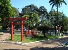 6 de Junho - Praça da igreja matriz com monumento à Imigração Japonêsa – Osvaldo Cruz (SP) – 76 Anos.