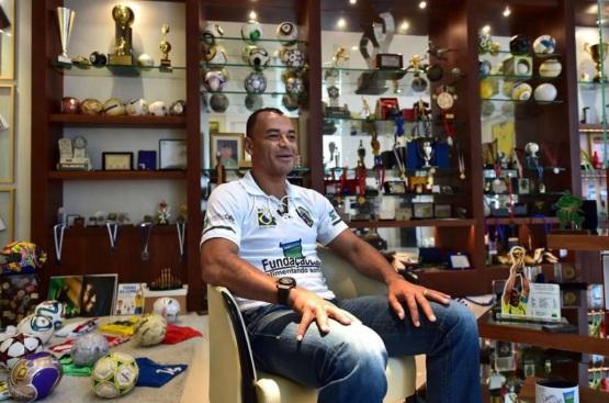 7 de Junho - 1970 – Cafu, ex-futebolista brasileiro - lateral direito, campeão do mundo - na sala de troféus.