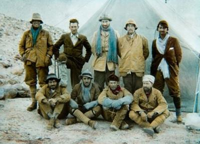 8 de Junho - Andrew Irvine (primeiro à esq., em pé) e George Mallory (segundo à esq., em pé), montanhistas que morreram no Monte Everest.