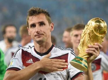 9 de Junho - 1978 — Miroslav Klose, futebolista, alemão, de origem polonesa - com a taça de campeão do mundo pela Alemanha, em 2014.