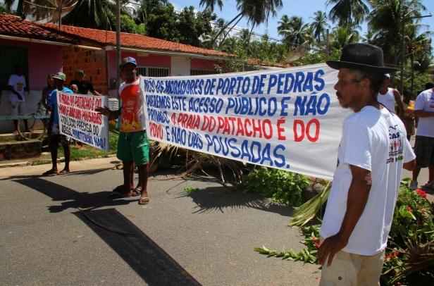 9 de Junho - MORADORES PROTESTANDO CONTRA A LEI QUE PRIVATIZA O ACESSO A PRAIA DO PATACHO EM PROL DAS POUSADAS — Porto de Pedras (AL) 96 Anos.