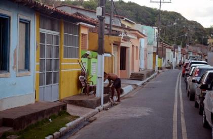 9 de Junho - Rua da cidade com casas típicas da cidade — Porto de Pedras (AL) 96 Anos.