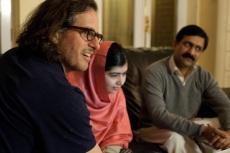 12 de Julho – Malala Yousafzai - 1997 – 20 Anos em 2017 - Acontecimentos do Dia - Foto 10 - O diretor Davis Guggenheim, Malala Yousafzai e o pai dela.