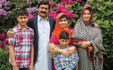 12 de Julho – Malala Yousafzai - 1997 – 20 Anos em 2017 - Acontecimentos do Dia - Foto 13 - Com sua família.