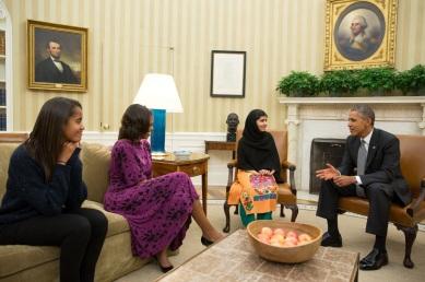 12 de Julho – Malala Yousafzai - 1997 – 20 Anos em 2017 - Acontecimentos do Dia - Foto 14 - Sendo recebida pela família Obama, na Casa Branca.