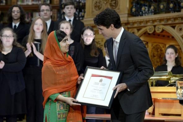 12 de Julho – Malala Yousafzai - 1997 – 20 Anos em 2017 - Acontecimentos do Dia - Foto 15 - Recebendo do primeiro-minitro do Canadá, a cidadania canadense.