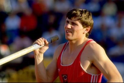 13 de Julho – 1985 – Sergey Bubka é o primeiro atleta a superar a marca de seis metros no salto com vara.
