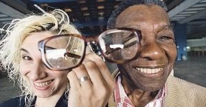 14 de Julho – Denise Stoklos - 1950 – 67 Anos em 2017 - Acontecimentos do Dia - Foto 1 - Em 1999, com o geógrafo Milton Santos, cujos textos inspiraram 'Vozes Dissonantes'.