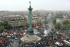 14 de Julho — 1789 — Queda da Bastilha - Início da Revolução Francesa - parisienses tomam a Bastilha, a prisão do regime monárquico, e libertam sete prisioneiros políticos.