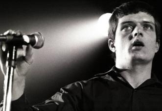15 de Julho - 1956 – Ian Curtis, vocalista da banda Joy Division (m. 1980).