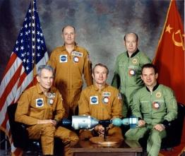 15 de Julho - 1975 — Os Estados Unidos e a União Soviética iniciam missão conjunta Apollo-Soyuz (ASTP).
