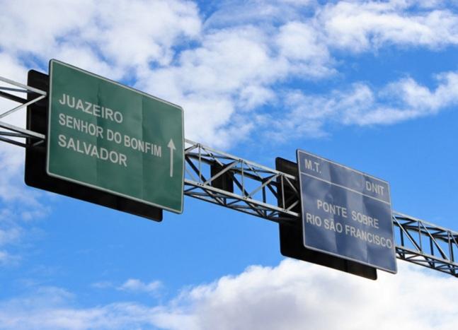 15 de Julho - Placa na rodovia indicando a direção da cidade — Juazeiro (BA) — 139 Anos em 2017.