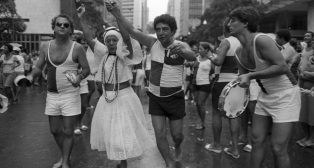 16 de Julho - Elizeth Cardoso - 1920 – 97 Anos em 2017 - Acontecimentos do Dia - Foto 10 - Com João Nogueira em desfile do bloco de Carnaval.