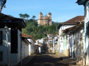 16 de Julho - Rua Dom Silvério, tendo ao fundo a Igreja de São Pedro dos Clérigos — Mariana (MG) — 321 Anos em 2017.
