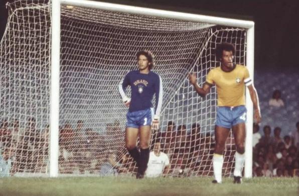 17 de Julho - Carlos Alberto Torres - 1944 – 73 Anos em 2017 - Acontecimentos do Dia - Foto 10 - Na seleção brasileira, ao lado do goleiro Leão.