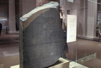 19 de Julho - 1799 – As tropas de Napoleão Bonaparte encontram a famosa Pedra de Roseta, que servirá de chave para a decifração dos hieróglifos egípcios.