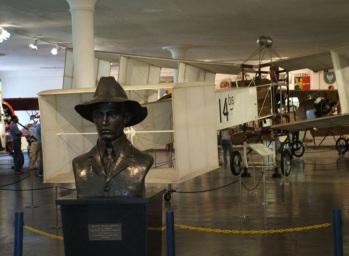 20 de Julho - Santos Dumont – 1873 – 144 Anos em 2017 – Acontecimentos do Dia – Foto 23 - Busto de Santos-Dumont e réplica do 14-bis no Museu Aeroespacial.