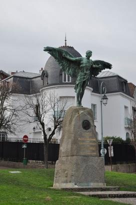 20 de Julho - Santos Dumont – 1873 – 144 Anos em 2017 – Acontecimentos do Dia – Foto 24 - Monumento a Santos Dumont em Saint-Cloud, França.