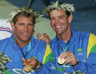 22 de Julho - Torben Grael - 1960 – 57 Anos em 2017 - Acontecimentos do Dia - Foto 3 - Com Marcelo Ferreira após a conquista da medalha de ouro nos Jogos Olímpicos de Atenas de 2004.