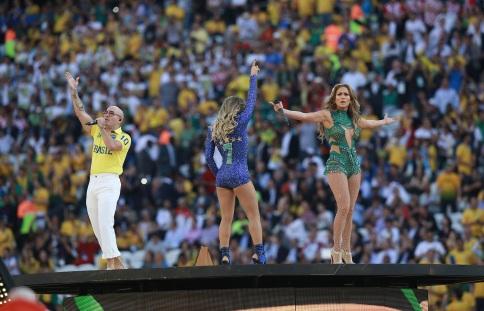 24 de Julho - Jennifer Lopez - 1969 – 48 Anos em 2017 - Acontecimentos do Dia - Foto 16 - Pitbull, Claudia Leitte e Lopez na cerimônia de abertura da Copa do Mundo de 2014.
