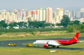 27 de Julho - Avião no Aeroporto de São José dos Campos com a cidade ao fundo — São José dos Campos (SP) — 250 Anos em 2017.