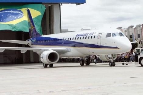 27 de Julho - O 'Embraer 190' no seu roll-out na fábrica da Embraer — São José dos Campos (SP) — 250 Anos em 2017.