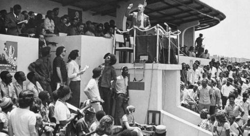 5 de Julho – 1975 – Independência de Cabo Verde. Foto - O primeiro-ministro português, Vasco Gonçalves, na cerimónia de proclamação da independência de Cabo Verde, na Cidade d