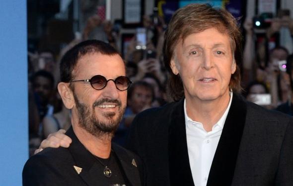 7 de Julho – Ringo Starr (esq.) com Paul McCartney (dir.).