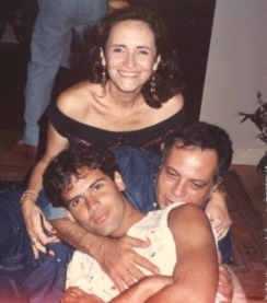 7.jul.1990 - Agenor de Miranda Araújo Neto, mais conhecido como Cazuza, morreu aos 32 anos vítima da Aids. Na imagem acima, o cantor com o pai João Araújo e a mãe Lucinha Araújo