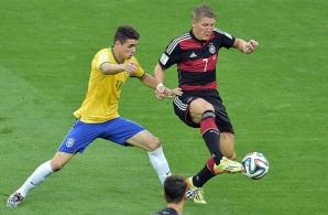 8 de Julho – Bastian Schweinsteiger disputa bola com Oscar na vitória da Alemanha por 7 a 1 sobre a seleção brasileira pela Copa de 2014, no Mineirão. (Gabriel Bouys - AFP)