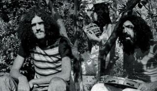 8 de Julho – Moraes Moreira ao lado de Paulinho Bova Cantor, na época dos Novos Baianos.