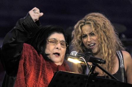 9 de Julho – Mercedes Sosa cantando com Shakira.