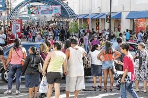 1 de Agosto – Calçadão da Rua Batista de Carvalho no centro comercial — Bauru (SP) — 121 Anos em 2017.