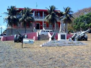10 de Agosto – Antigos canhões usados na defesa do arquipélago, expostos em frente ao Palácio de São Miguel — Fernando de Noronha (PE) — 514 Anos em 2017.