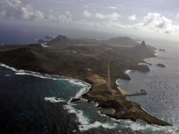 10 de Agosto – Fotografia aérea da ilha principal do arquipélago — Fernando de Noronha (PE) — 514 Anos em 2017.
